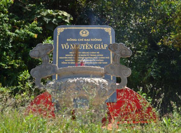 Bia mộ đại tướng Võ Nguyên Giáp
