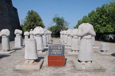 61 bức tượng mất đầu không rõ nguyên nhân trong khuôn viên Càn Lăng