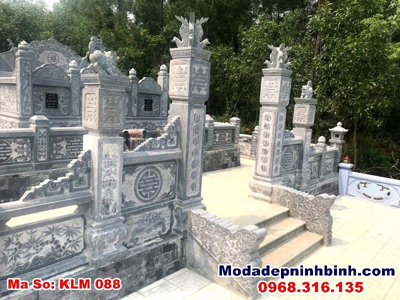 cổng 4 trụ bên ngoài khu mộ tổ