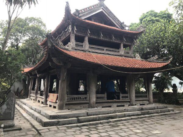 Gác chuông hàng trăm năm tại đền thờ Đức Thánh Nguyễn