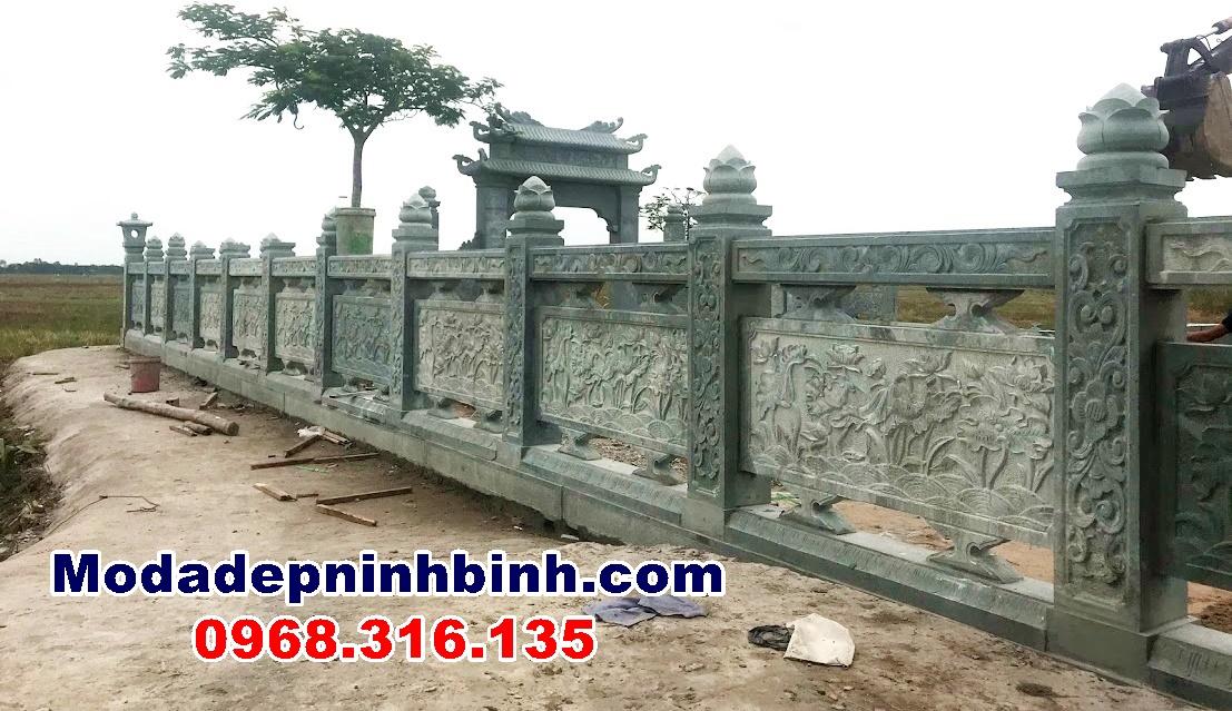 Hàng rào đá trụ cổng có gắn nụ sen và bưng trạm ao sen