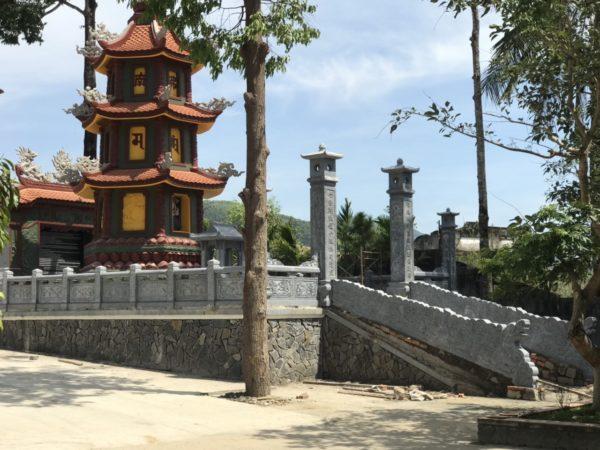 khuôn viên khu lăng mộ tại chùa