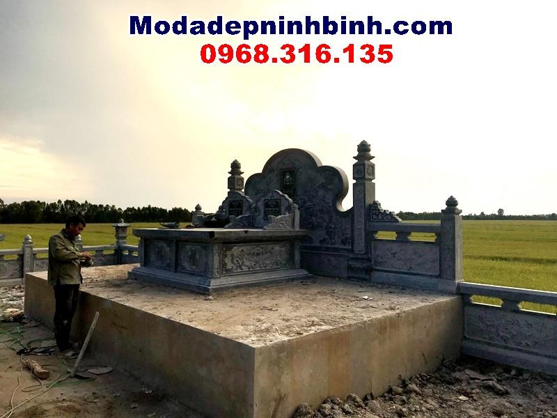 mộ đá đôi nằm trên cấp cao riêng biệt