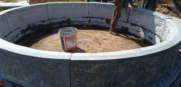 Quá trình lắp đặt mộ tròn đá